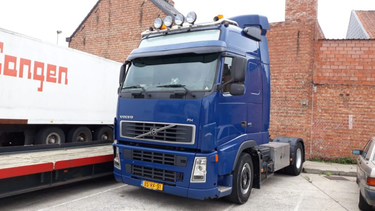 blue volvo FH tractor head for rent