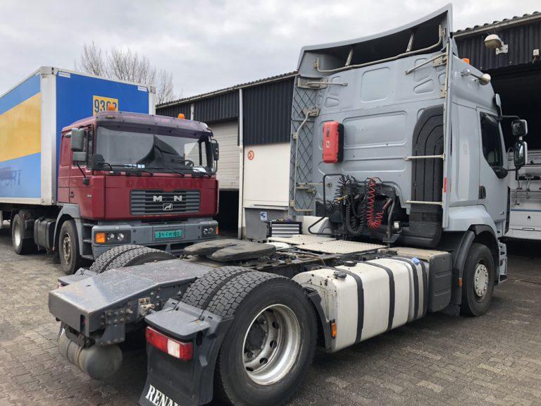 huur vrachtwagen Grijze Renault truck