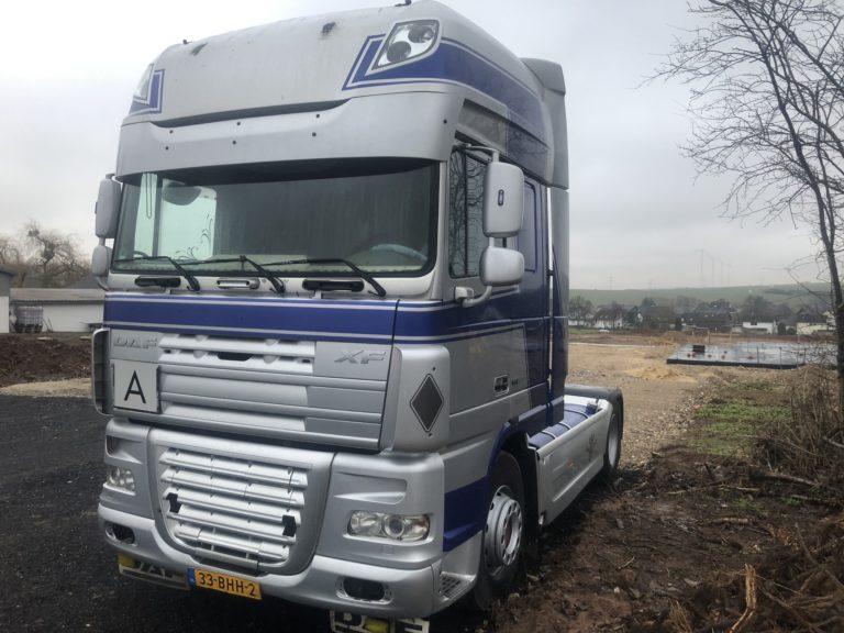 zilveren DAF XF vrachtwagen verhuur