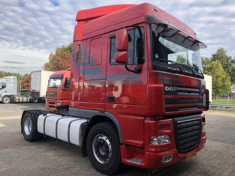 huur vrachtwagen Zijaanzicht rode DAF trekker