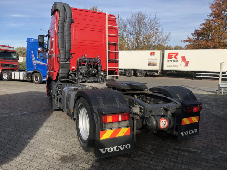 achteraanzicht rode volvo vrachtwagen