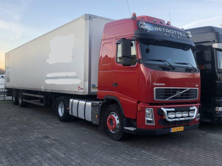 verhuur vrachtwagen en oplegger rode volvo met kofferoplegger