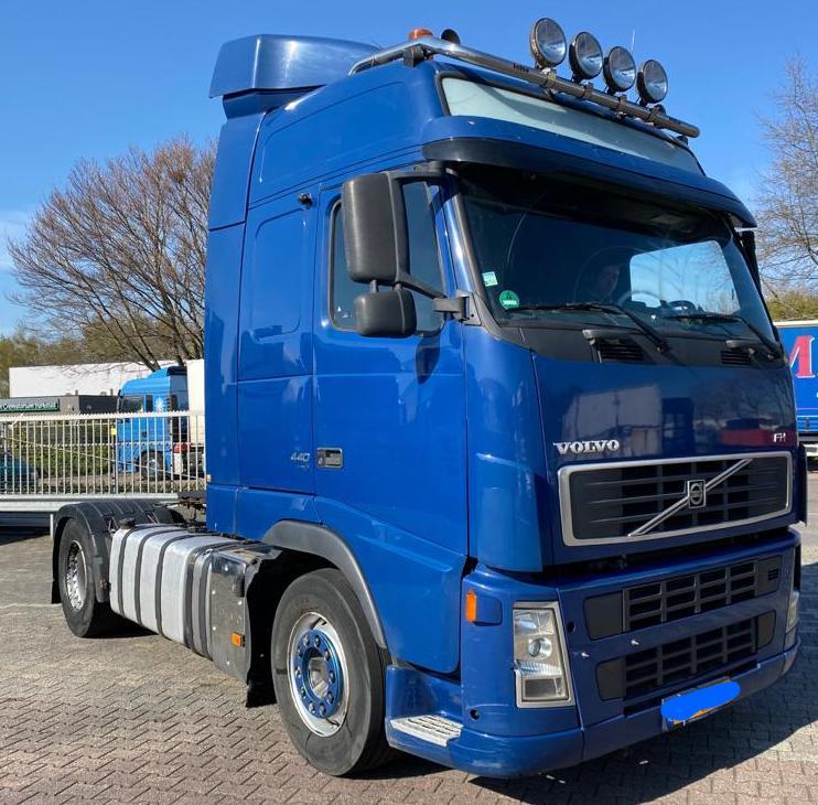Volvo 440 blauw